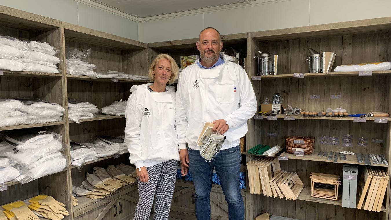 Céline Degrave s'occupe de la gestion du magasin situé à proximité des ruches de son mari, Vincent.