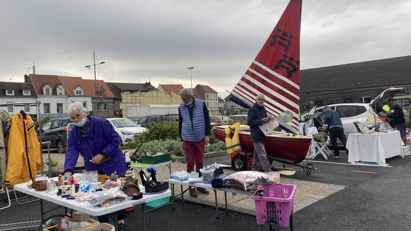 Des puces de mer qui sont organisées sur le parking du port de plaisance à Étaples-sur-Mer.
