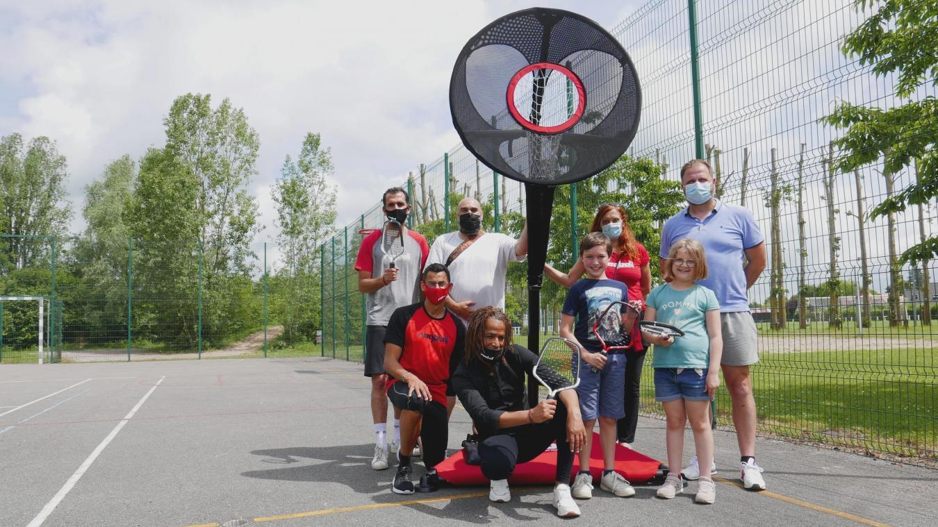 Julien Sautiere (à droite) a accueilli les créateurs du raqball, dont Chris Oven (au centre), artiste multi-talents et Laurent Bidari, coach olympique (à gauche).