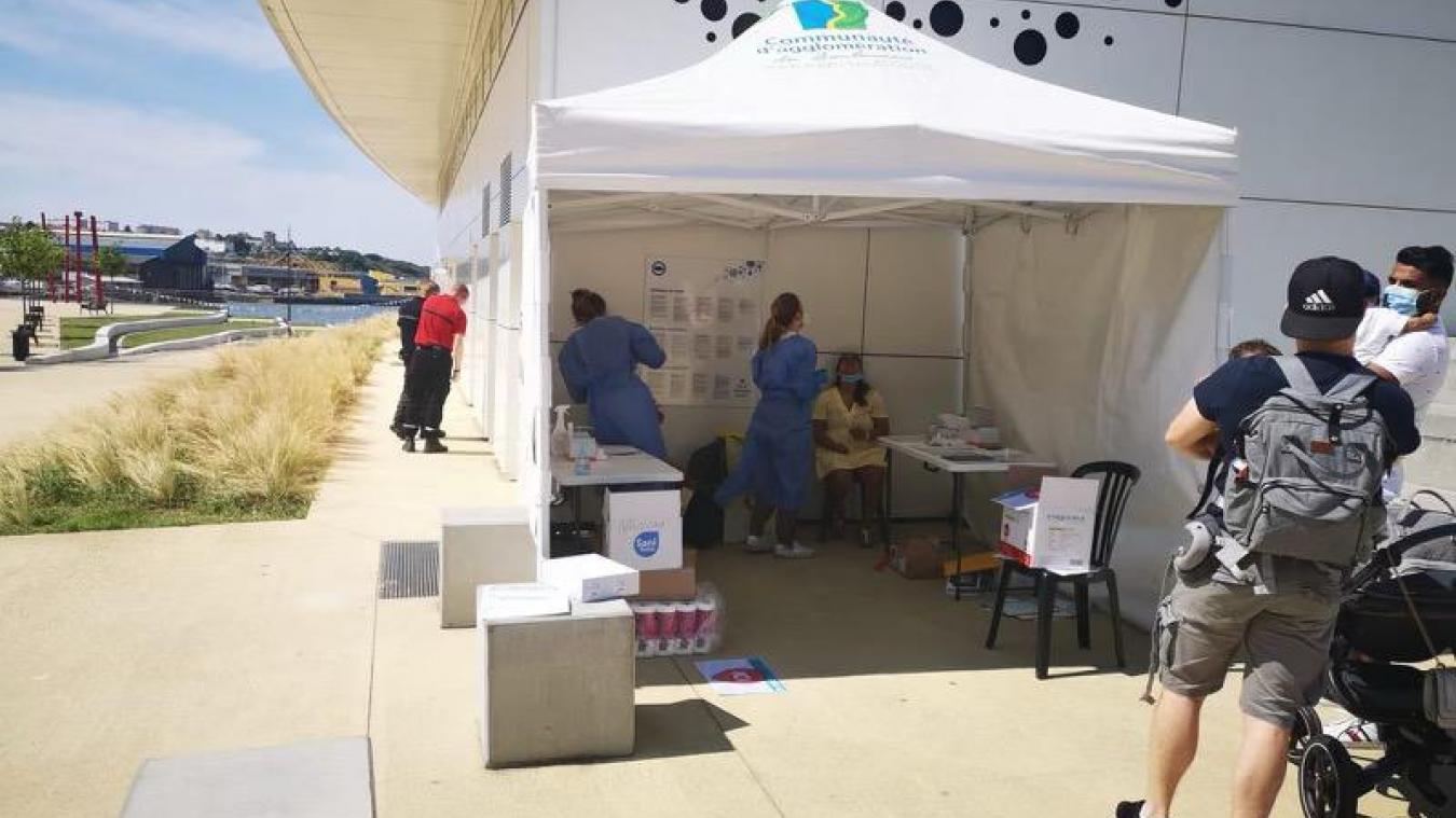 Boulogne: une tente dédiée aux tests PCR et antigéniques mise en place au pied des marches de Nausicaà