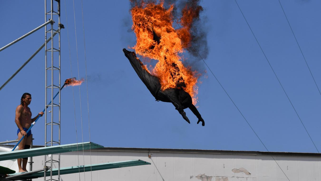 Parce que sauter d'une telle hauteur est trop «facile», le plongeon final se fait en costume embrasé...
