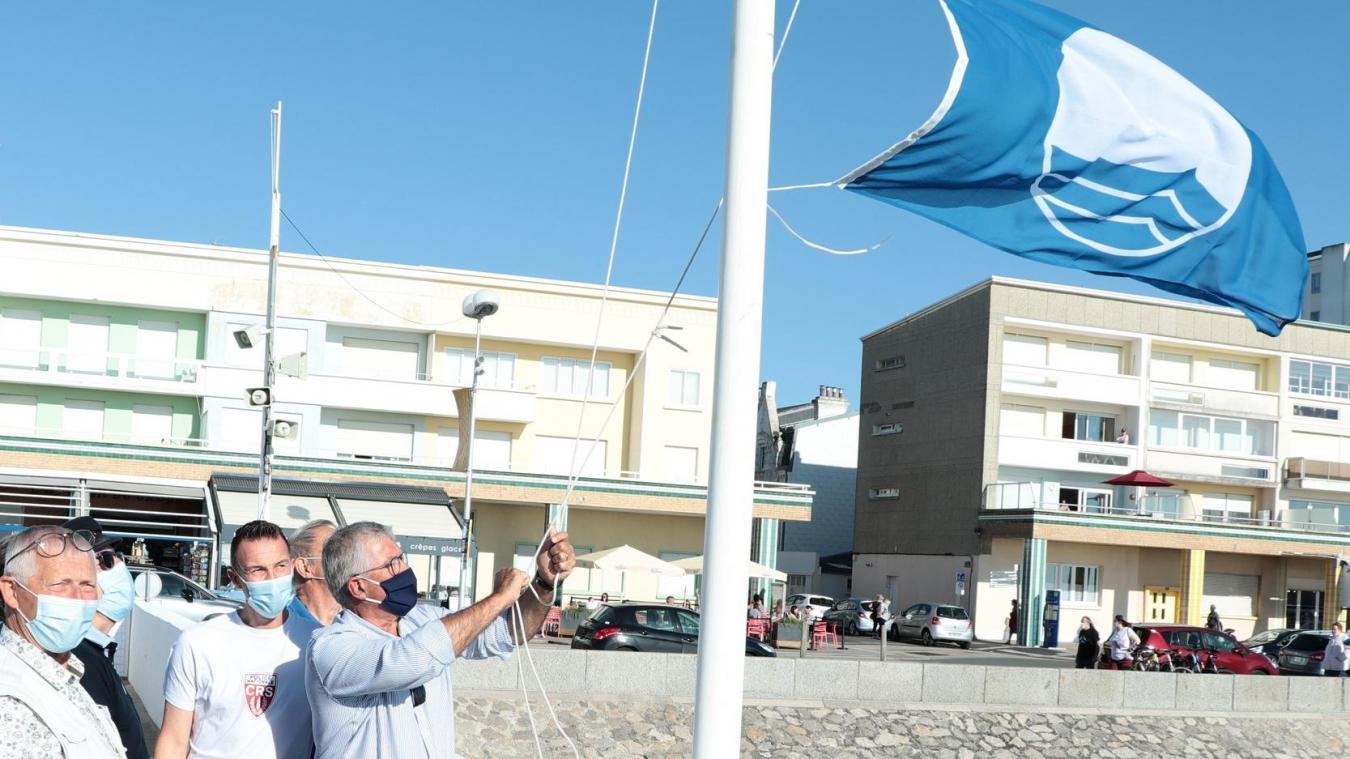 Bruno Cousein a hissé avec plaisir le Pavillon Bleu sur la plage berckoise.