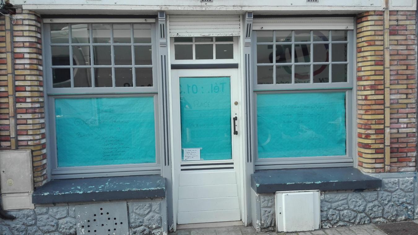 La devanture du magasin est encore en rénovation.