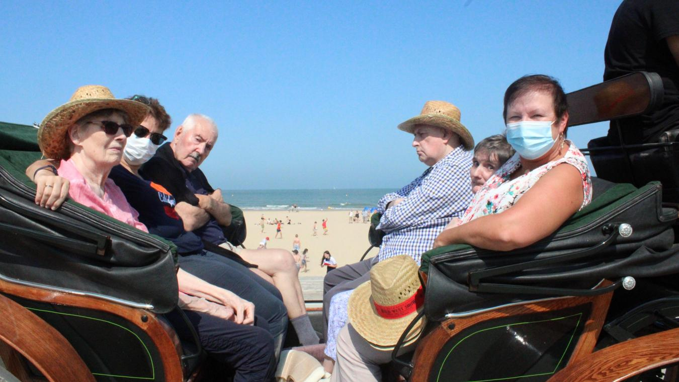 Des résidents de l'Ehpad La Roselière en calèche à la plage de Calais