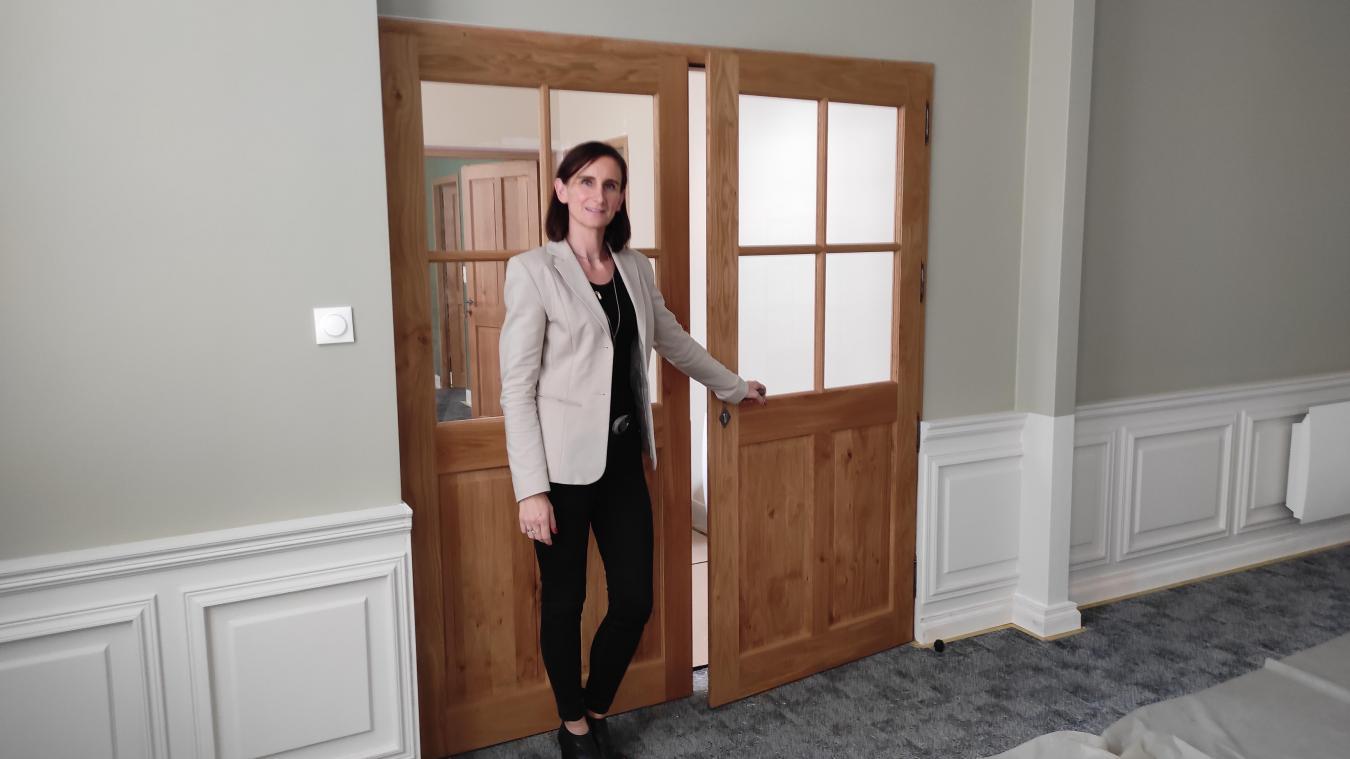 Stéphanie Fenet dans la salle de mariage. Peintures, soubassements, portes, luminaires...tout a été refait.