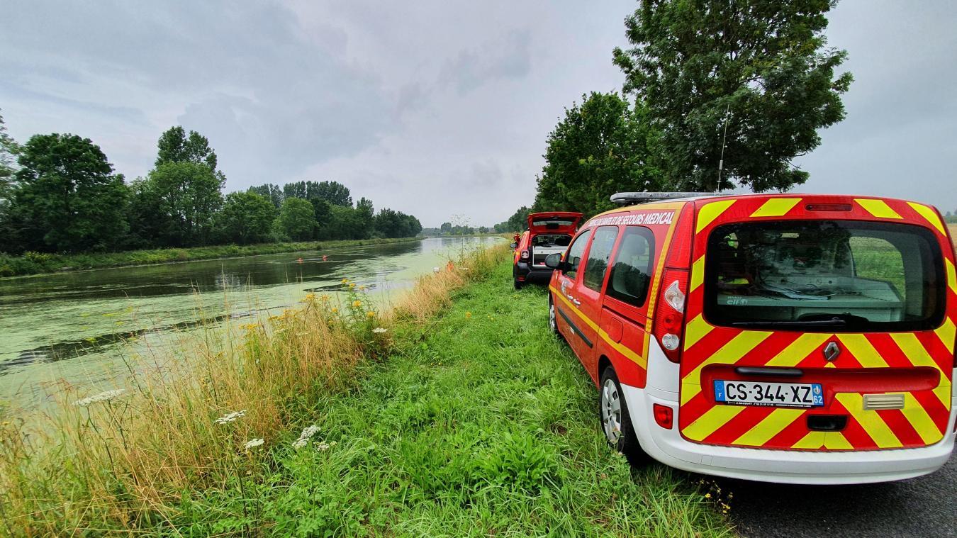 Des plongeurs des sapeurs-pompiers ont été appelés pour inspecter le véhicule.