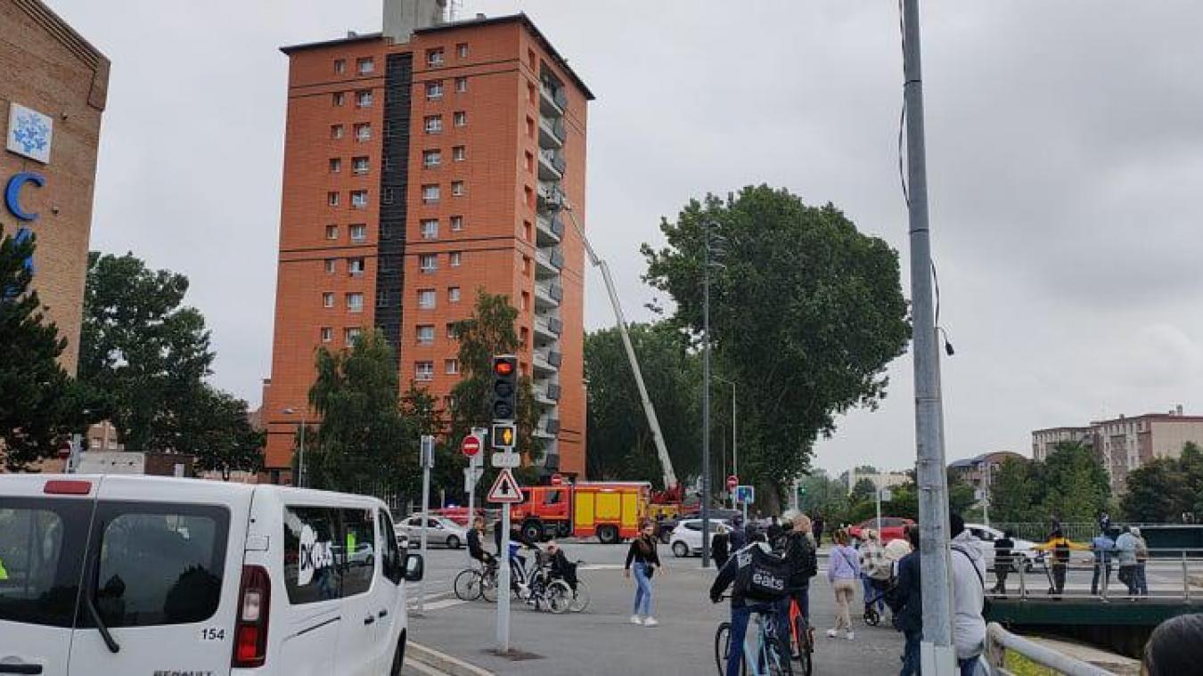 L'immeuble duquel voulait se jeter la femme se trouve en face de la Caf, à l'angle des rues de Paris et du Canal-de-Bergues, à Dunkerque.