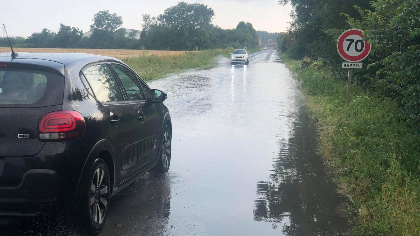 La rue du Trou-Bayard à Estaires barrée suite aux inondations (photos)