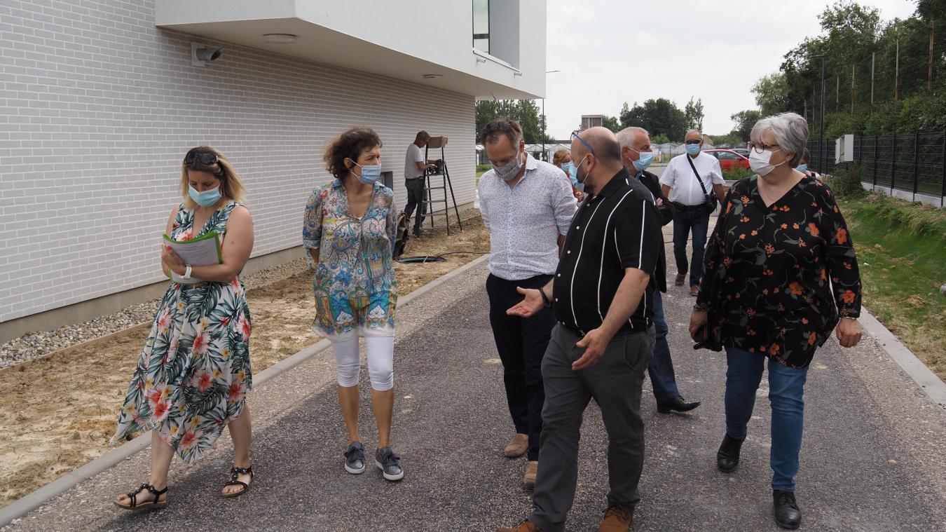 La sous-préfète de Boulogne-sur-Mer, Dominique Consille (deuxième en partant de la gauche) visite le nouveau centre intergénérationnel de Landrethun-le-Nord en compagnie de l'architecte Théophane Vasseur et du maire Michel Delmaire.