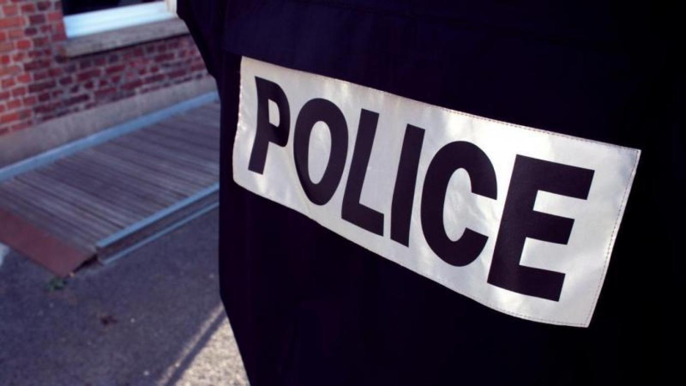 La police a vu les deux hommes jeter la drogue par la fenêtre de leur véhicule.