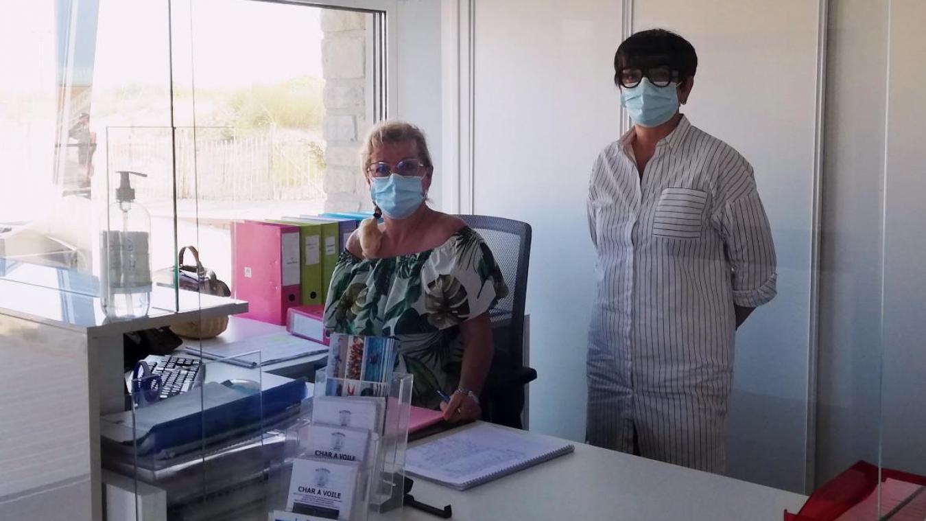 La directrice de l'école de voile Nathalie Billet (à droite) doit refuser du monde pour les semaines à venir.