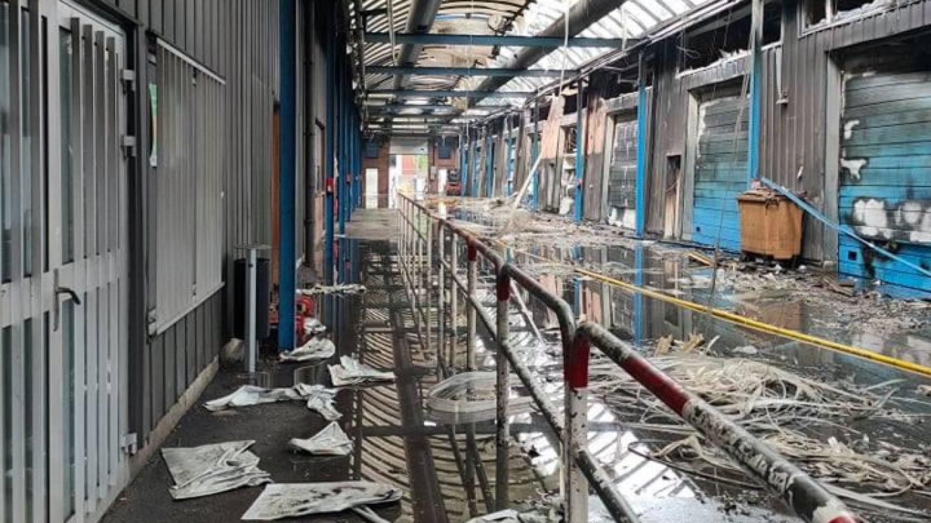 Il ne reste plus rien des véhicules et du matérile stockés dans le bâtiment qui s'est embrasé.
