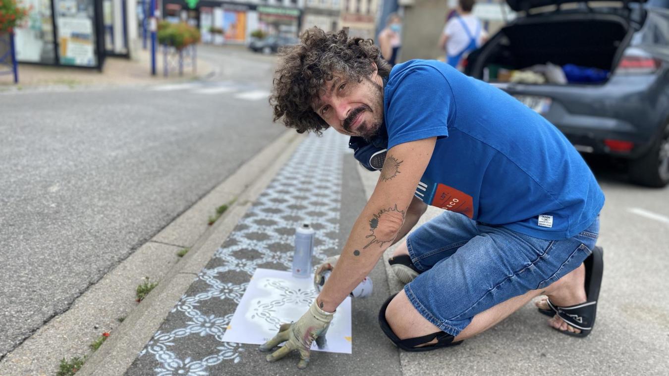 InkOj décorent les rues des villes avec des fresques au sol, il est fasciné par les carreaux de ciment.