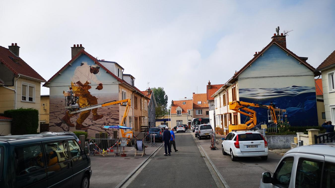 Rue Laennec, trois artistes travaillent ensemble à la réalisation de quatre fresques qui se répondent.