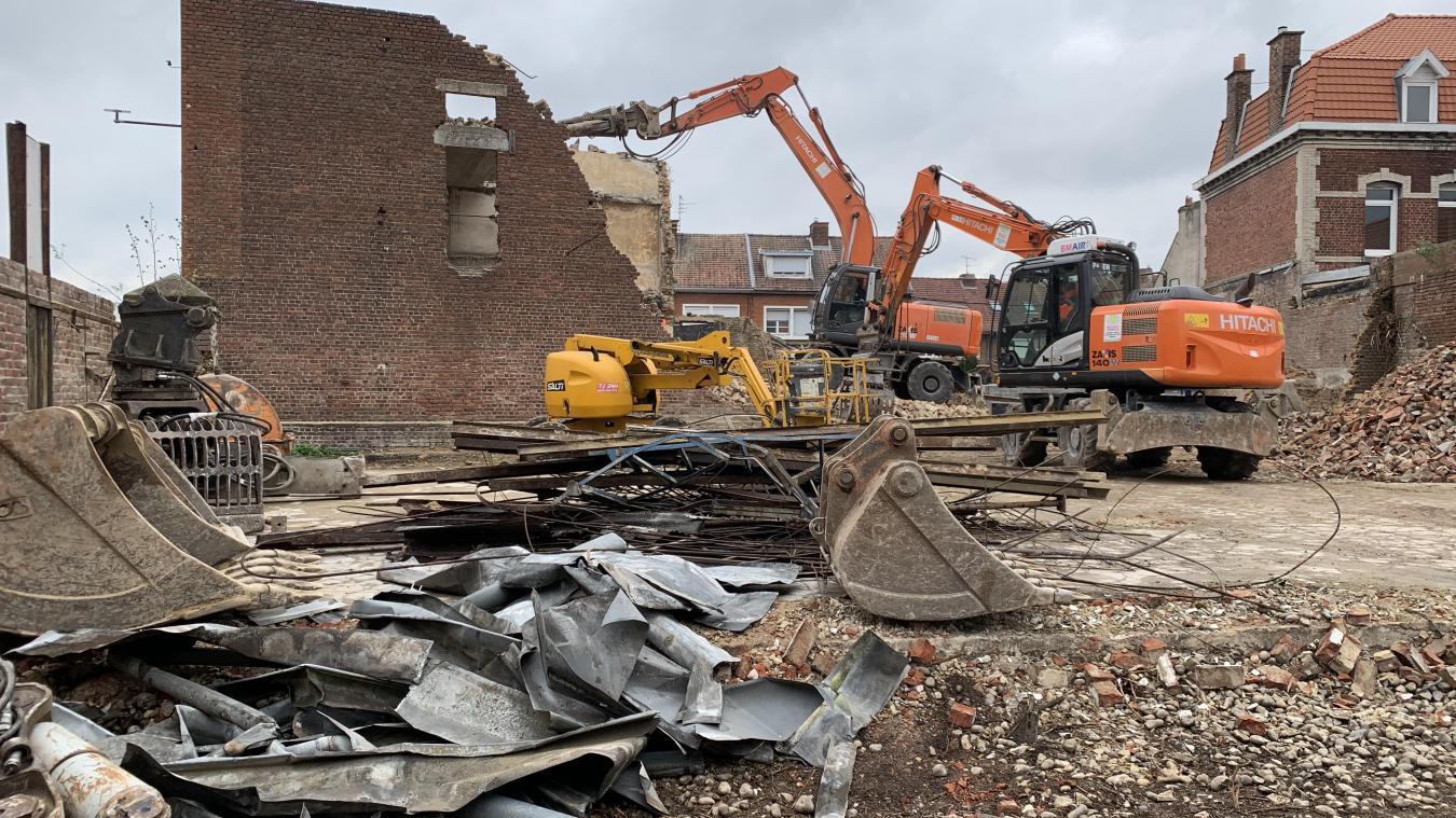 Le désamiantage et la destruction du bâtiment abandonné sont terminés. Les travaux de construction sont prévus pour septembre.