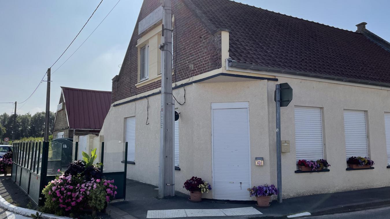 À l'angle du chemin des Dames et de la rue Saint-Michel, le café Chez Noye est bien triste depuis la disparition de son propriétaire.