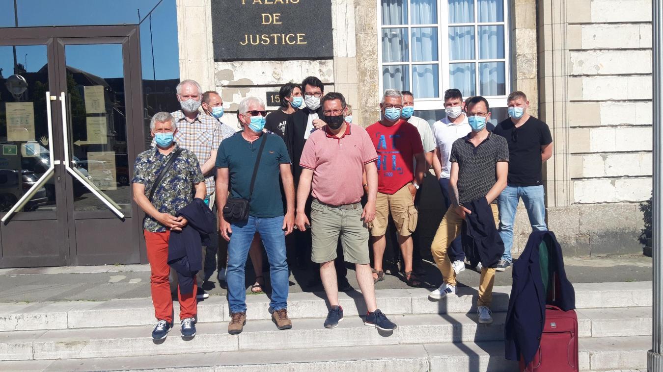 Les ex-salariés ici devant le palais de justice de Calais. le jour d'une audience