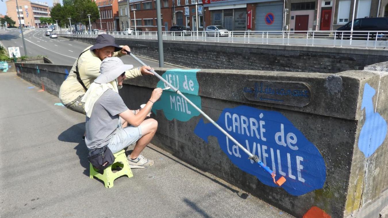Marek et Pray4Fun, deux artistes dunkerquois, ont pour mission d'orienter les passants vers les quartiers de manière la plus attrayante possible.