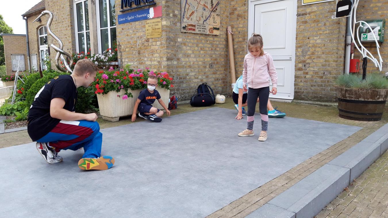 Les enfants de Brouckerque, disciplinés, s'appliquaient à reproduire les mouvements du breakdance.