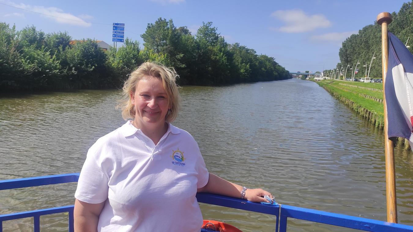 Delphine Havez propose depuis début juillet des balades en bateau sur le canal de Bergues.