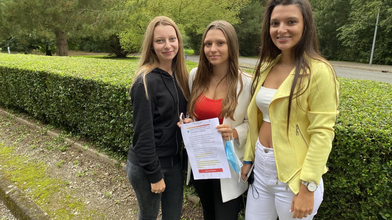 Maïwen (gauche) et Mallaurie (au milieu) espèrent atteindre les 200 signatures sur leur pétition d'ici au 2 septembre, en attendant, elles vont devoir adapter leur quotidien quant au nouvel itinéraire de la Ligne A.