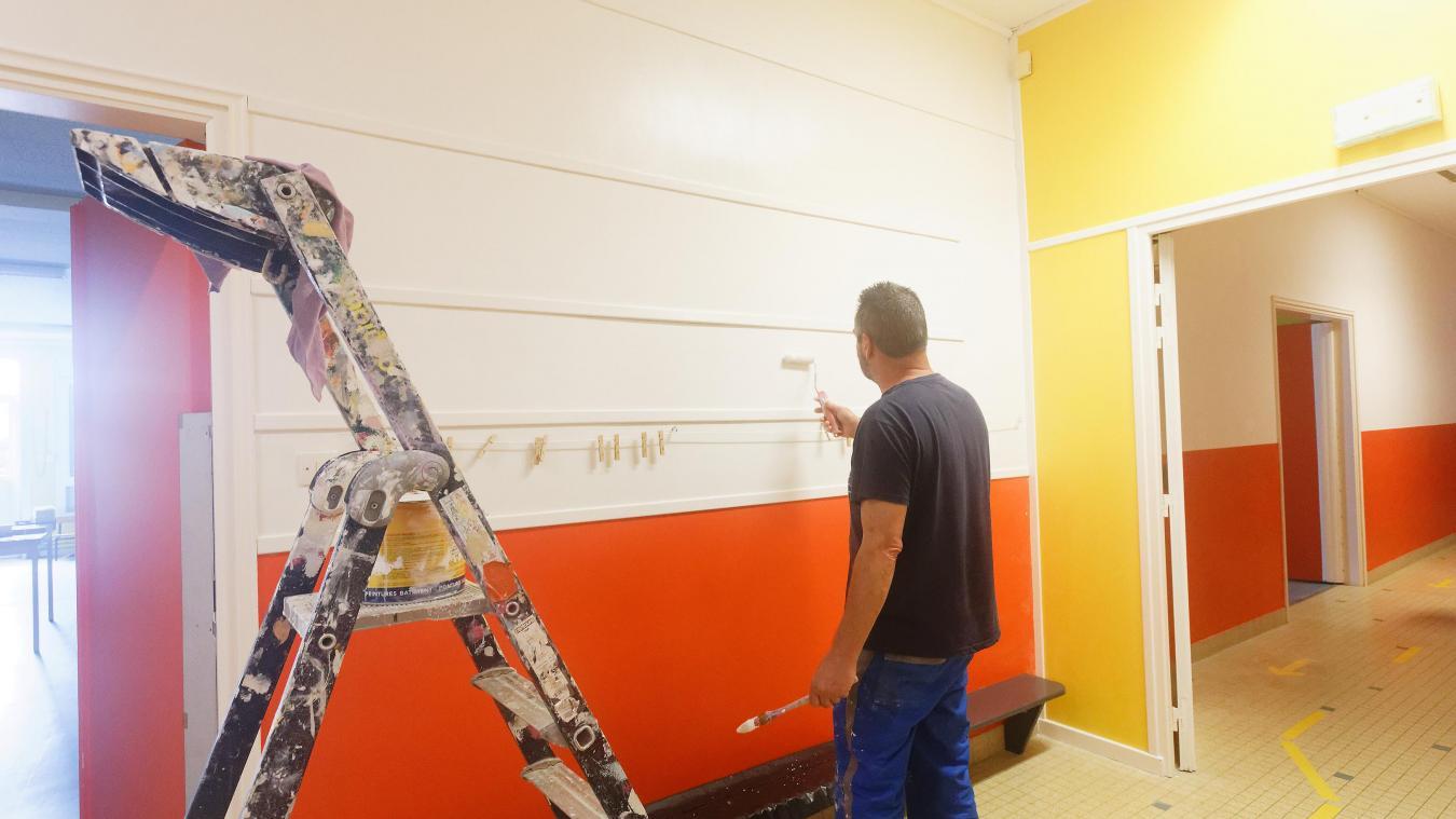 Remise en peinture des couloirs de l'école Mozart, au Portel.