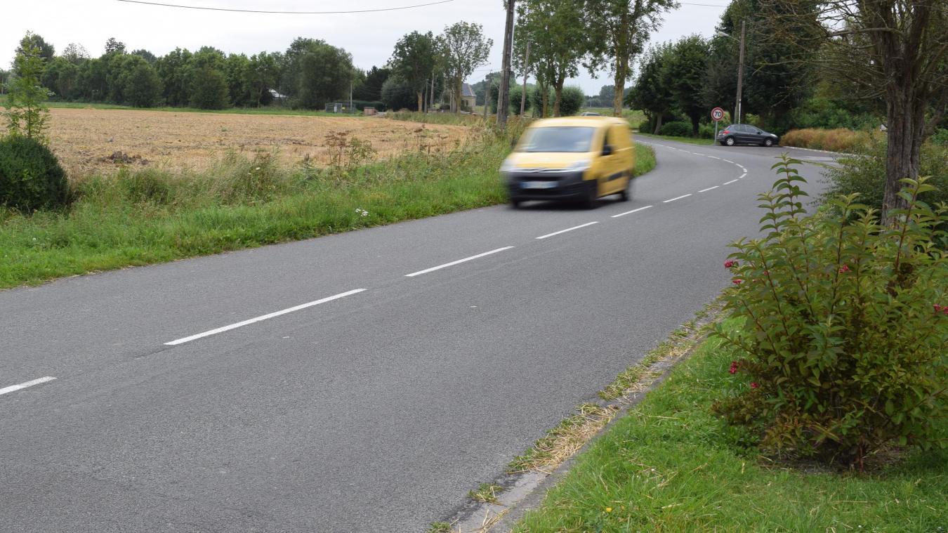 C'est à peu près ici que devrait être installé l'écluse centrale, route de Bergues, juste avant l'entrée en agglomération.