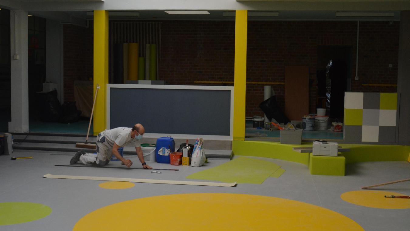 On s'activait encore vendredi 27 août à l'école Buisson pour le réaménagement de l'aire d'évolution.
