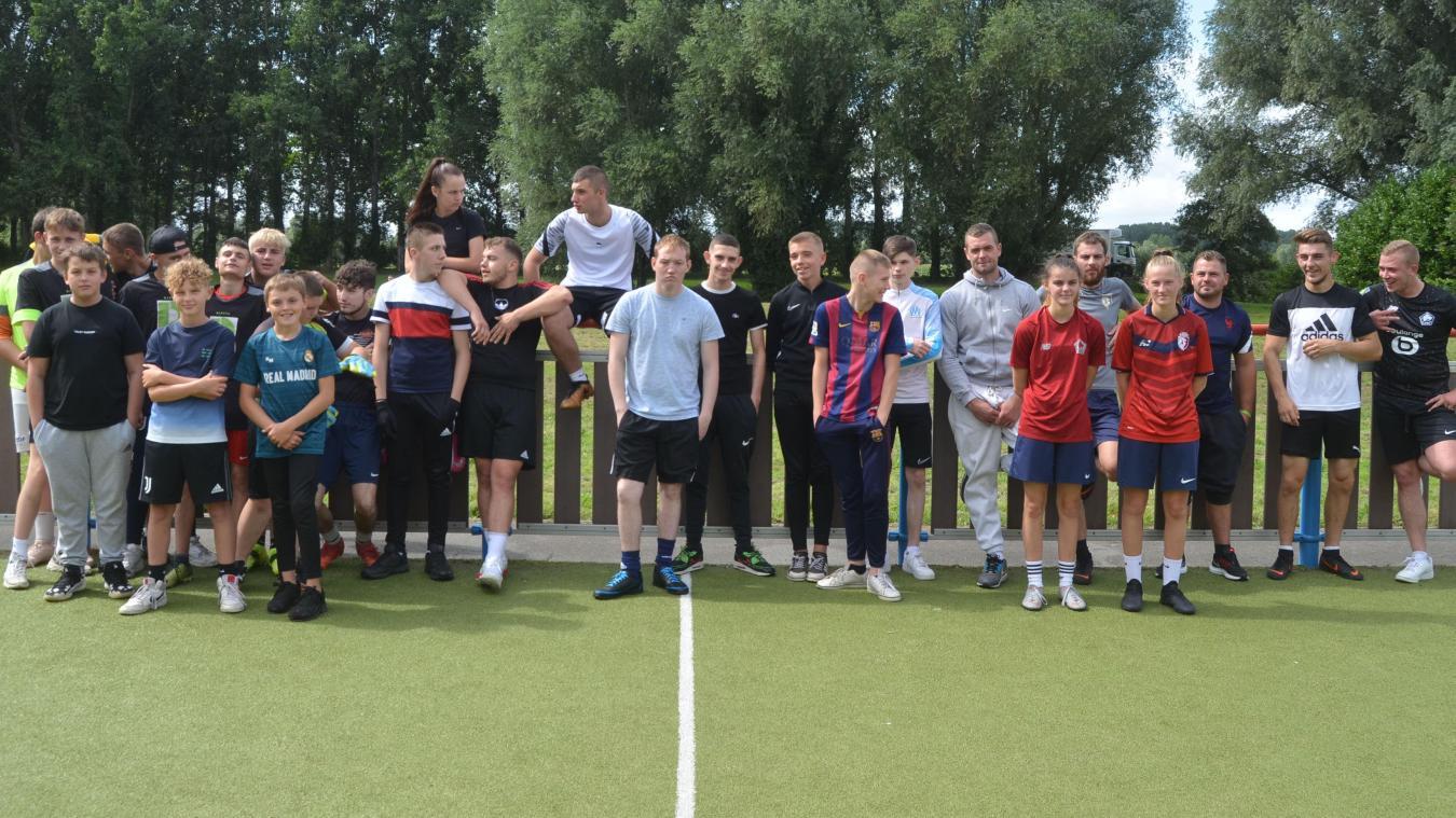 Tournoi de foot  : l'ensemble des participants de l'après-midi, dans un bel esprit entre les équipes au city-stade du jardin public.