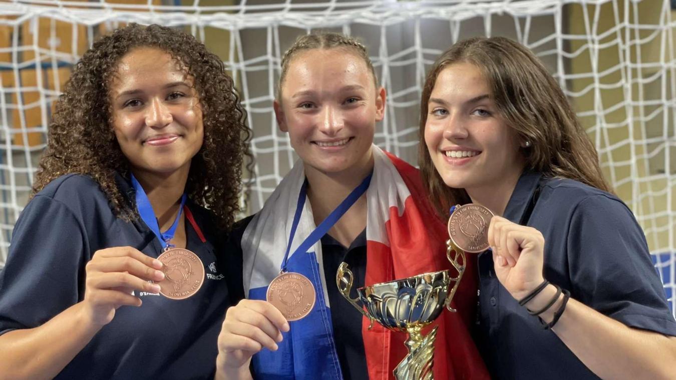 Siobann Delaye, Léna Grandveau et Mathilde Cayez (à droite) posent fièrement avec leur nouvelle médaille européenne.