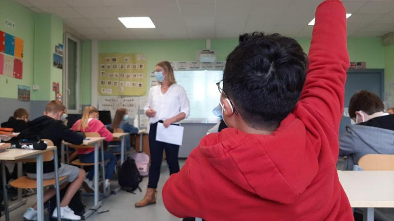 Les élèves, curieux, remplissent des documents avant le début des choses sérieuses.