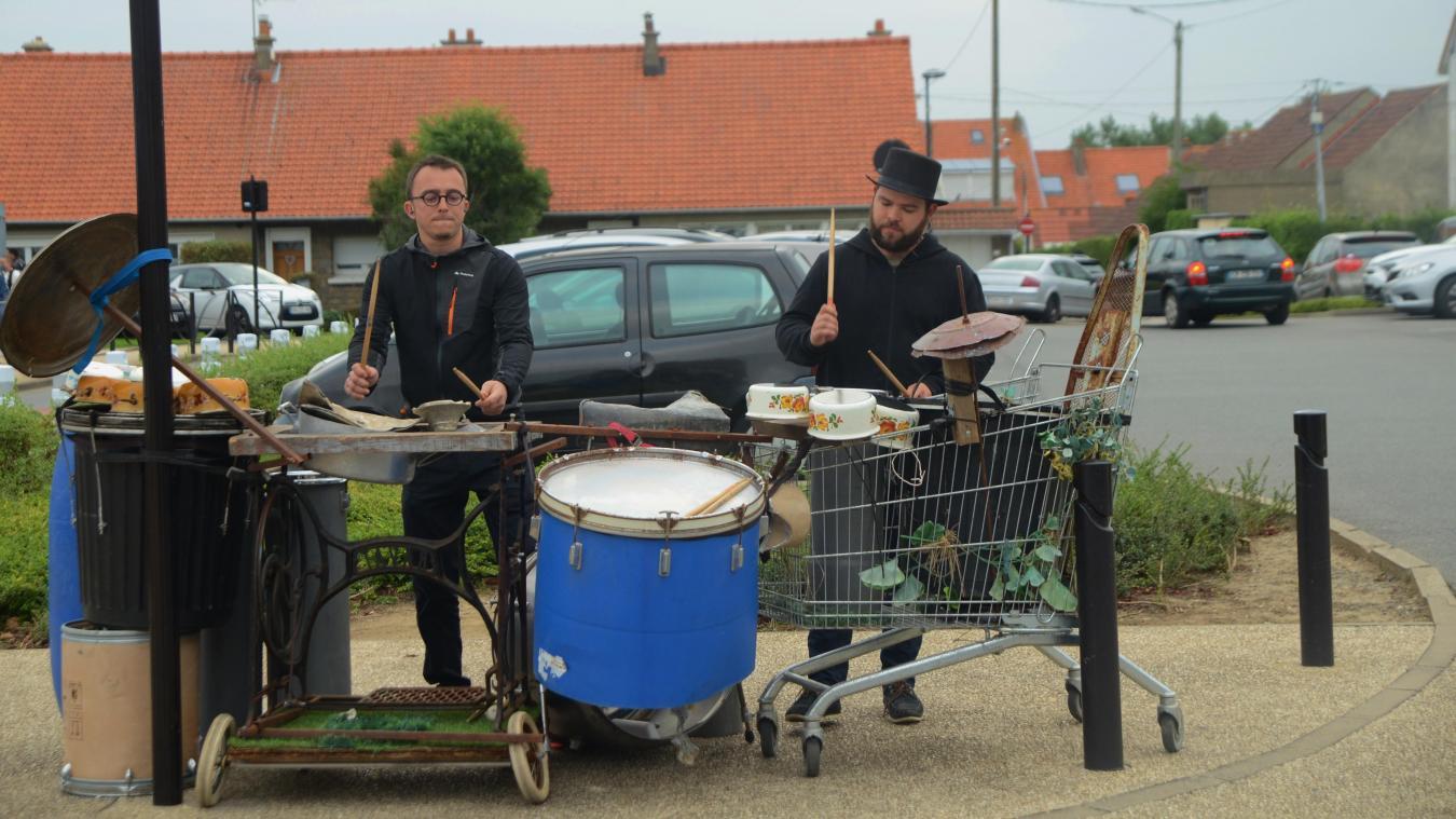 Le groupe Zicolo a aussi animé la sortie des écoles Jean Rostand et Jacques Brel à 11h45.