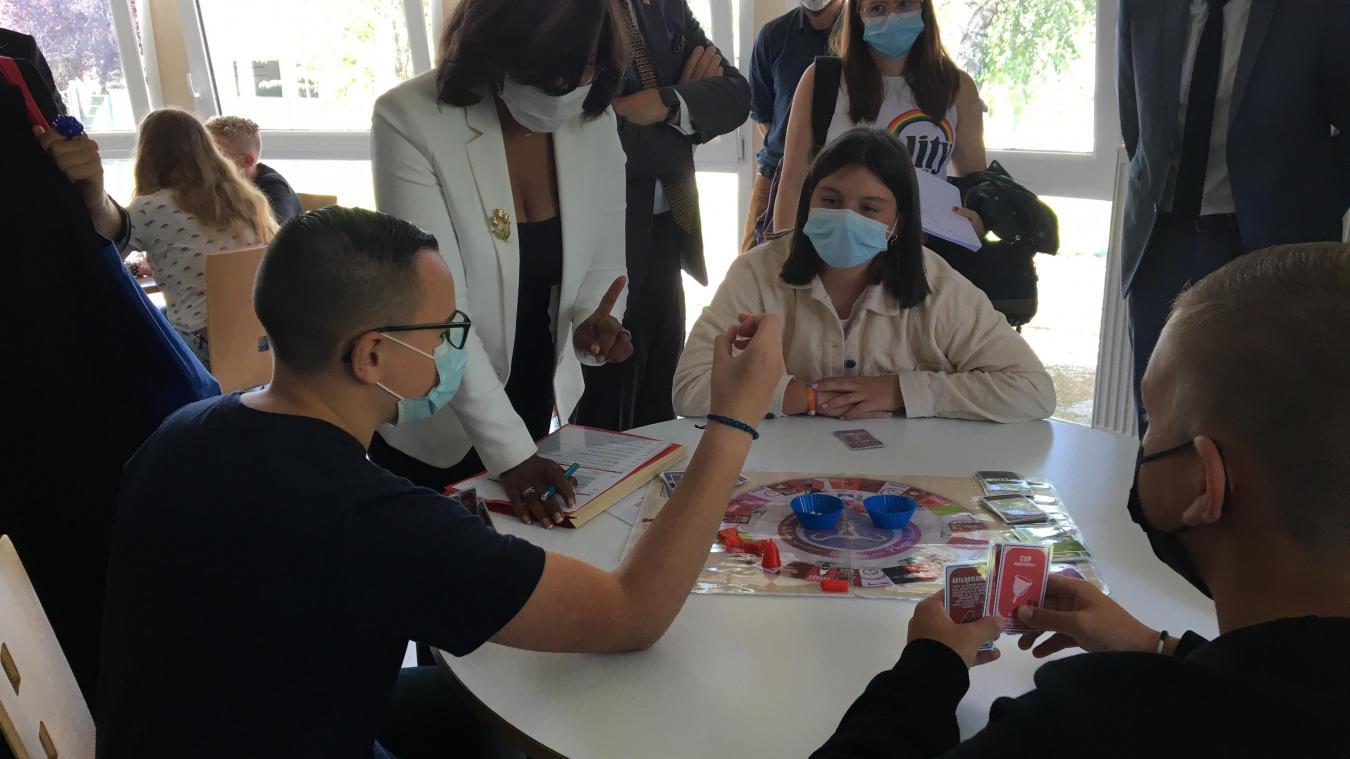 Les collégiens de l'établissement ont présenté leur jeu à Élizabeth Moreno