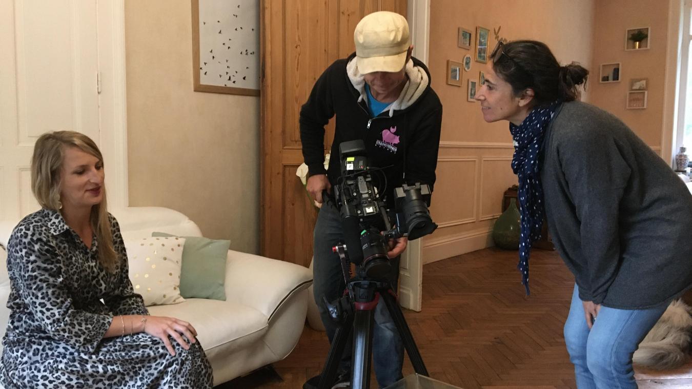 Aline Macquart (à gauche) explique sa découverte à Matthieu Lepine (cadreur) et Marie David (réalisatrice), en espérant faire avancer l'enquête.