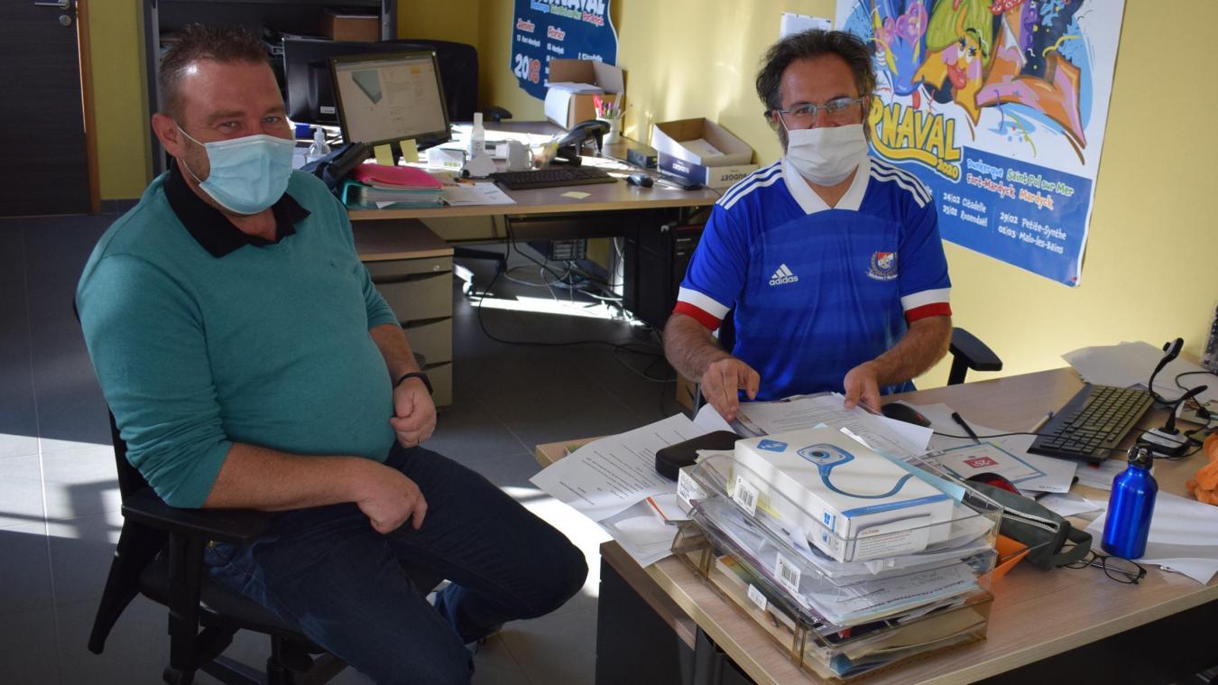 Florian Vandenbilcke (à droite), responsable de vie scolaire depuis 21 ans à Hoymille, aux côtés de Jean-Joseph Hugoo, coordinateur de vie scolaire pour l'IET depuis 2019.