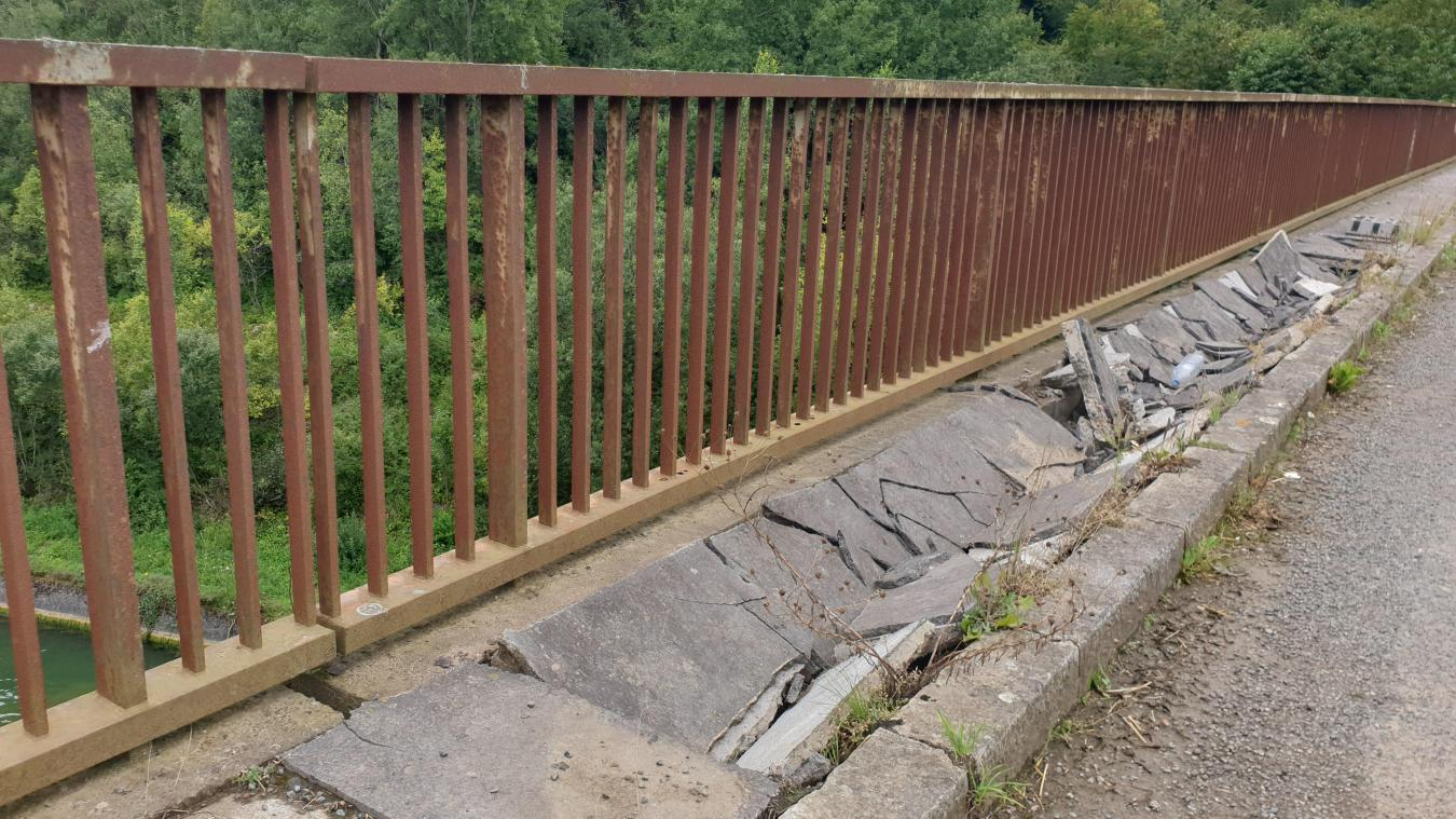 Les piétons sont priés d'emprunter l'autre côté pour traverser ce pont.