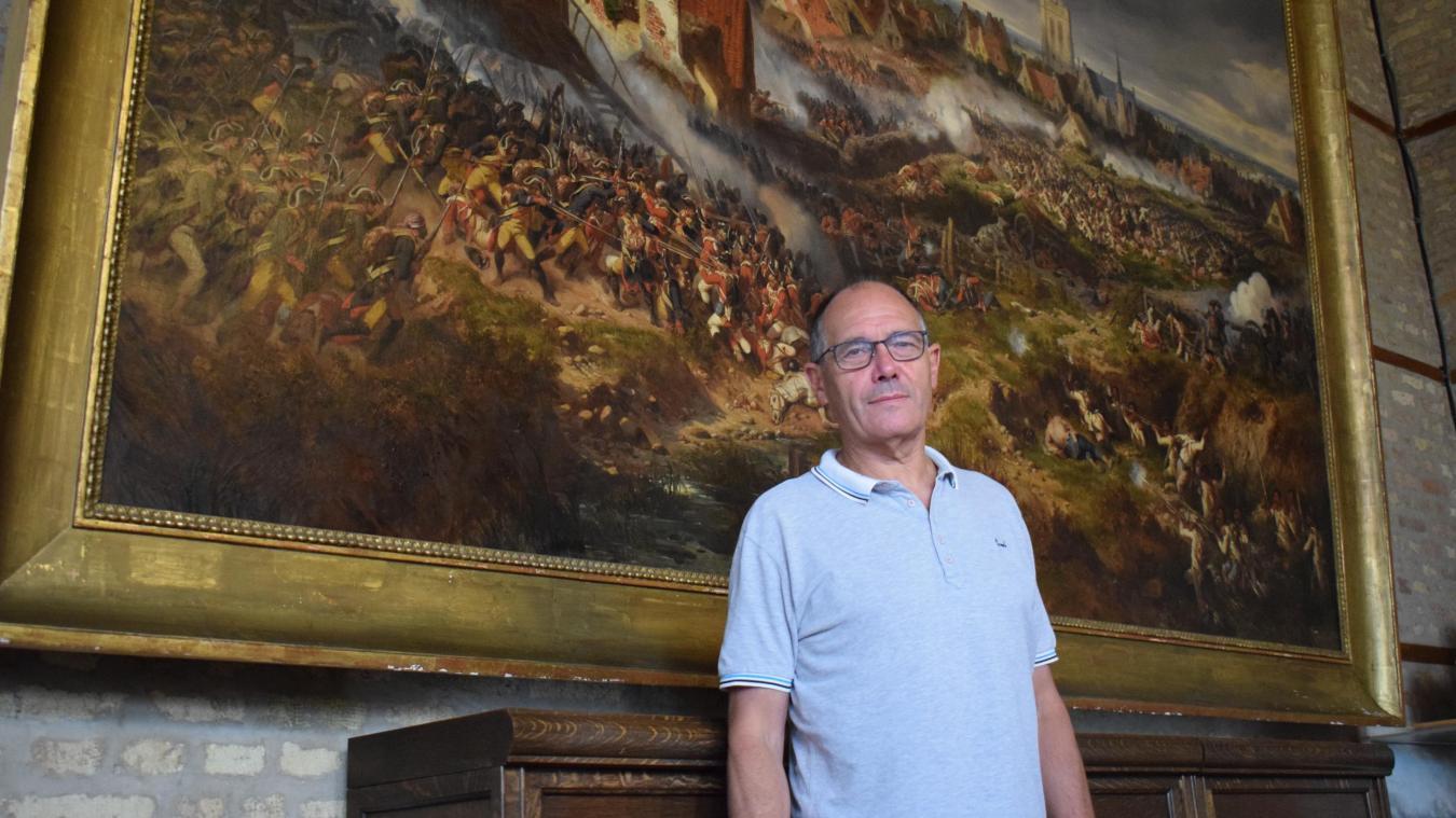 Guy Catry apprécie beaucoup ce tableau, qui retrace l'histoire de la commune, accroché en mairie.