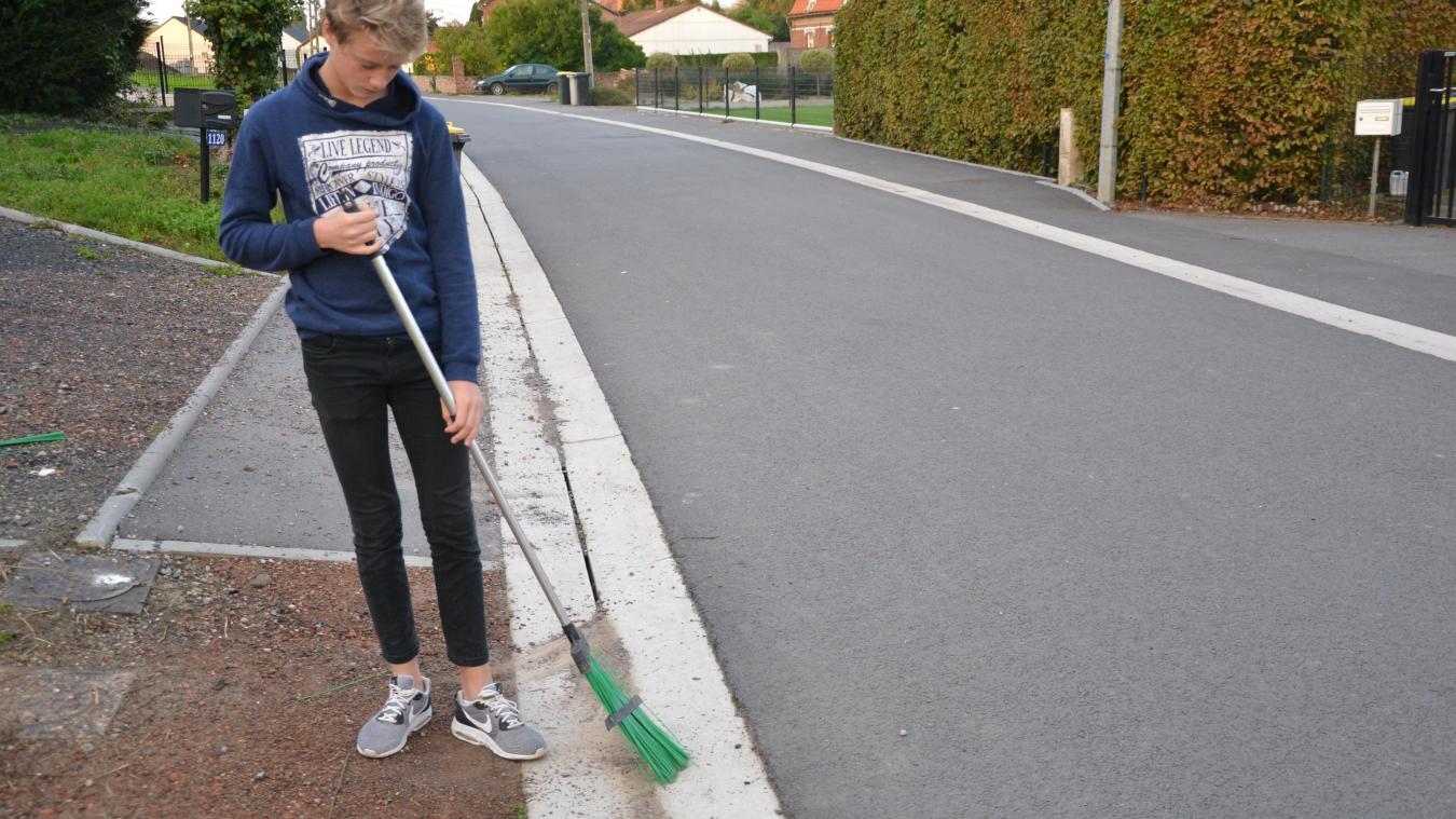 Par nettoyage, la municipalité de Bourbourg entend: «le balayage, mais aussi le désherbage et le démoussage des trottoirs.» (Photo d'illustration)