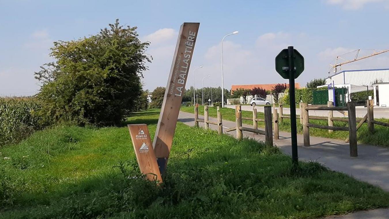 A l'entrée du chemin de la Ballastière, un nouveau «totem» indique aux visiteurs le site.
