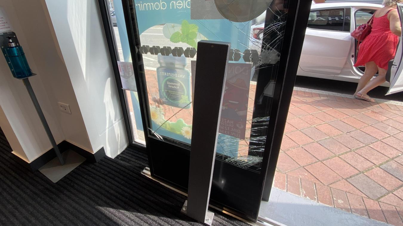 La porte d'entrée de la pharmacie a été redressée, mais porte les traces du cambriolage.