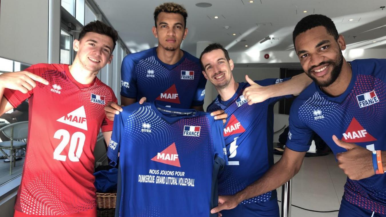 Barthélémy Chinenyeze et Benjamin Toniutti (au centre) ont permis au club dunkerquois de recevoir un joli chèque. Photo FFVOLLEY