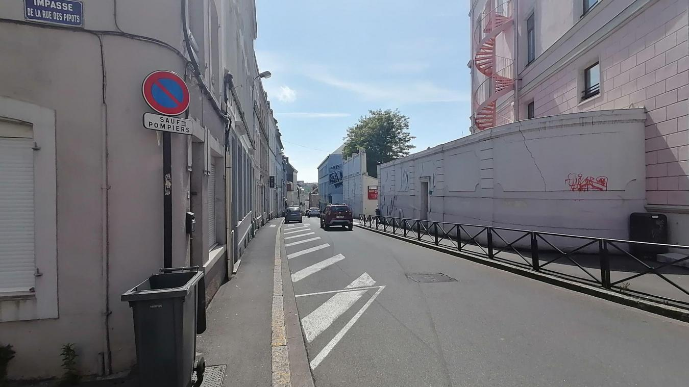 Le chauffard a remonté en contre-sens la rue des Pipots.