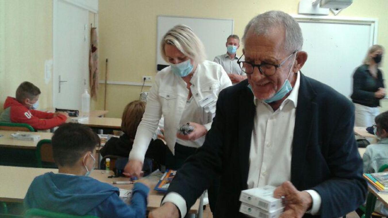 Jean-Claude Dissaux et Florence Wozny distribuent les calculettes achetées par le Département.