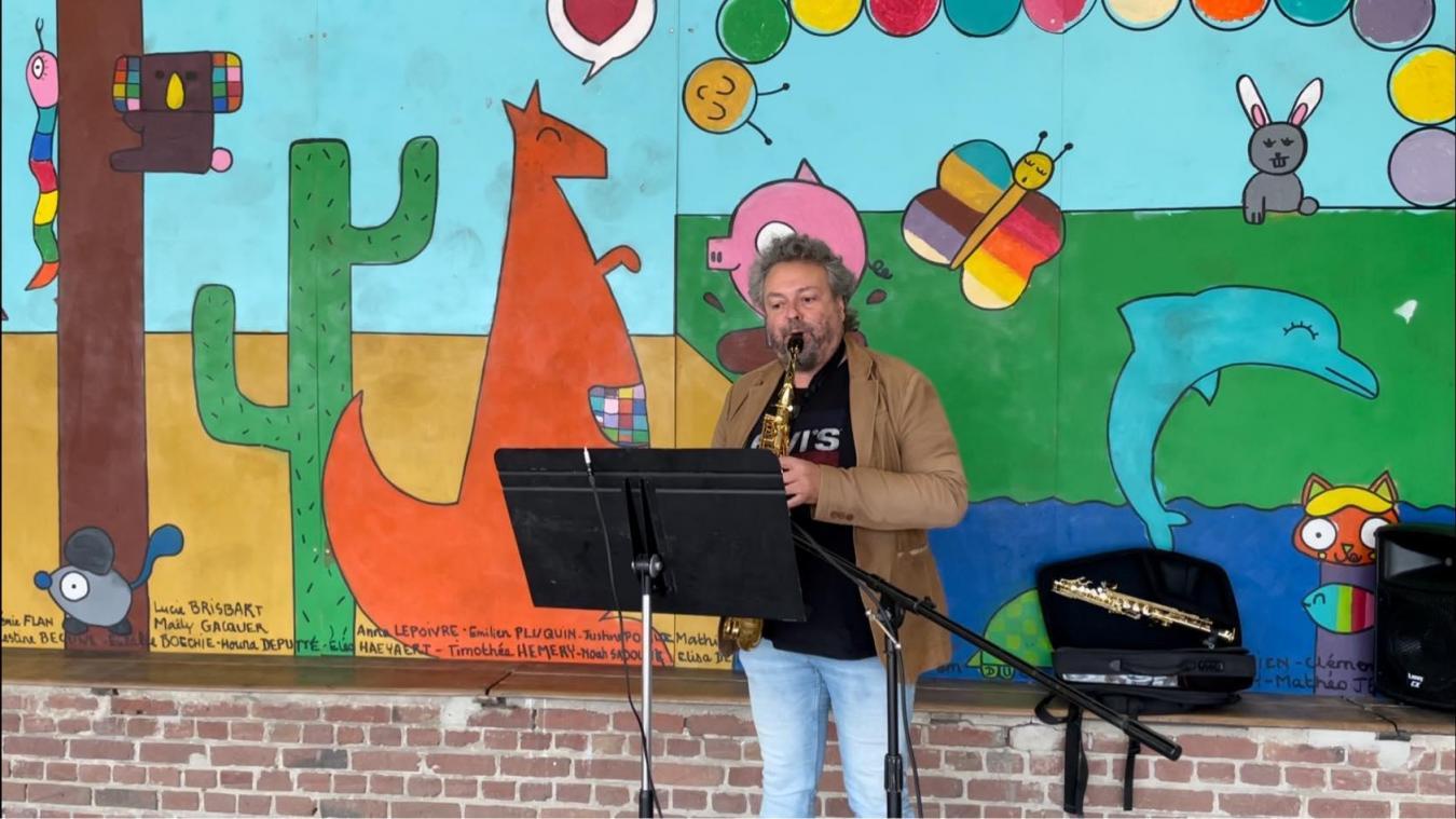Le directeur de l'école de musique, Eric Caudron, dans la cour de l'école.