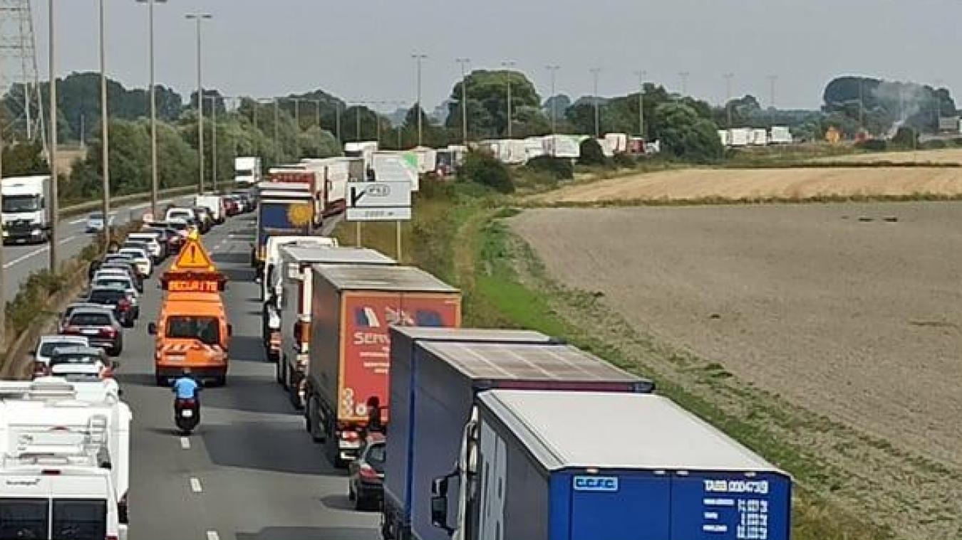 La circulation de l'A16 a été entièrement fermée dans le sens Calais - Dunkerque, le temps de l'intervention des pompiers.