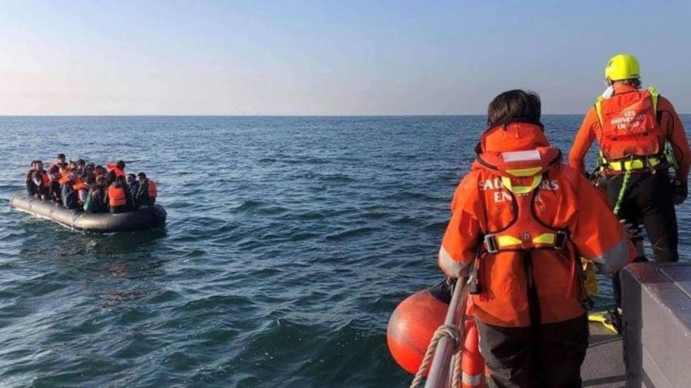 Une des deux embarcations a été secourue au nord de Dunkerque. 37 migrants se trouvaient à son bord. © illustration