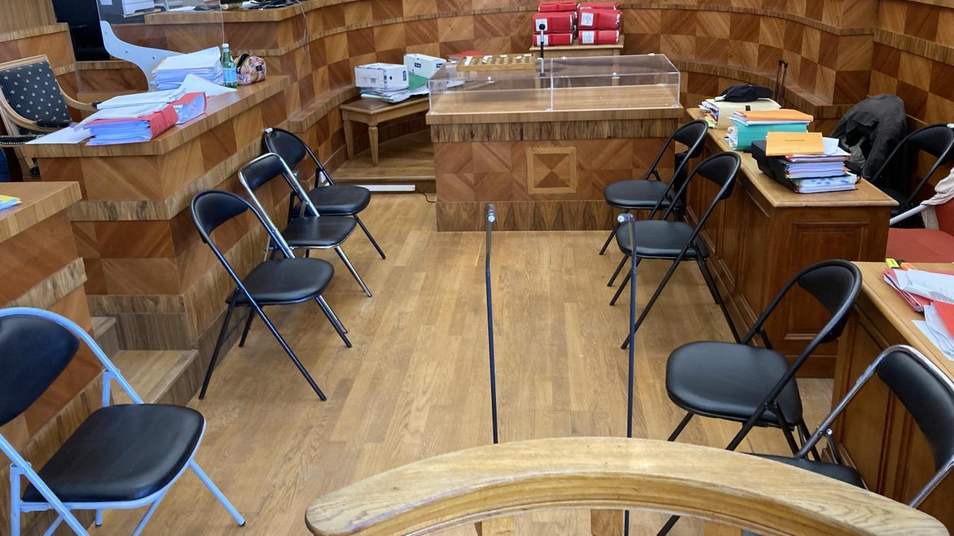 Le box (à gauche) trop petit pour accueillir les neuf accusés, ceux-ci ont pris place au milieu de la salle d'audience, dans une configuation inédite.