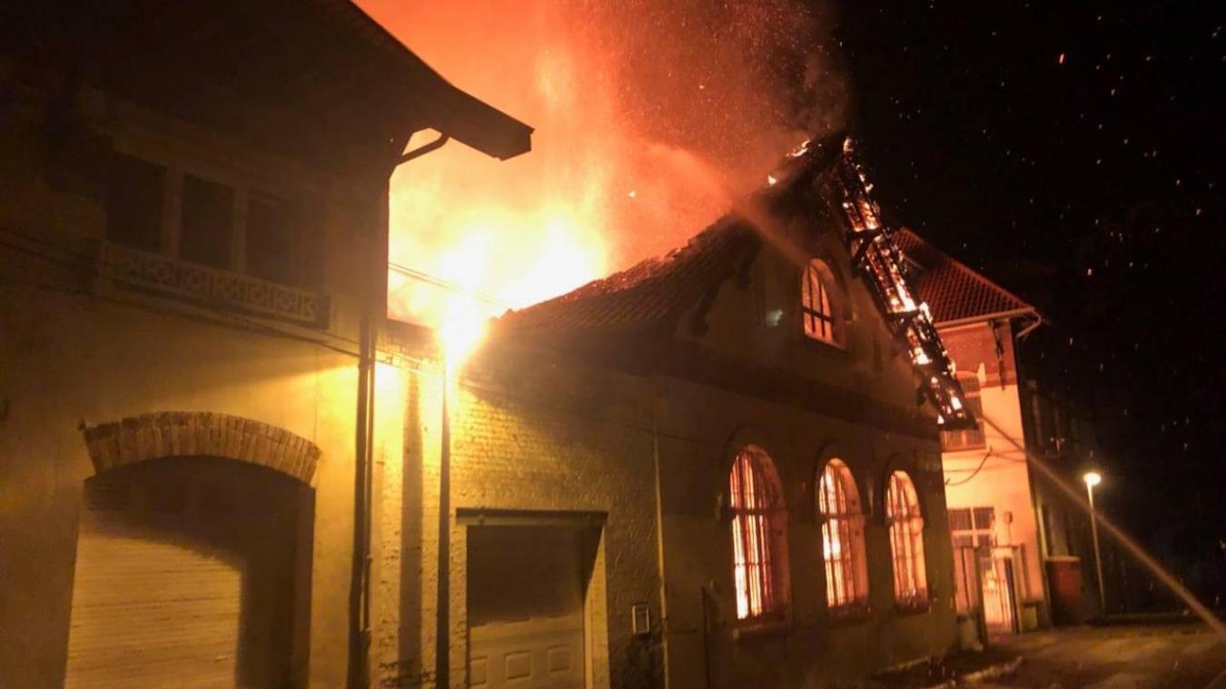 Le violent incendie s'est déclaré peu après minuit dans cette école de Lens. (Sdis 62)