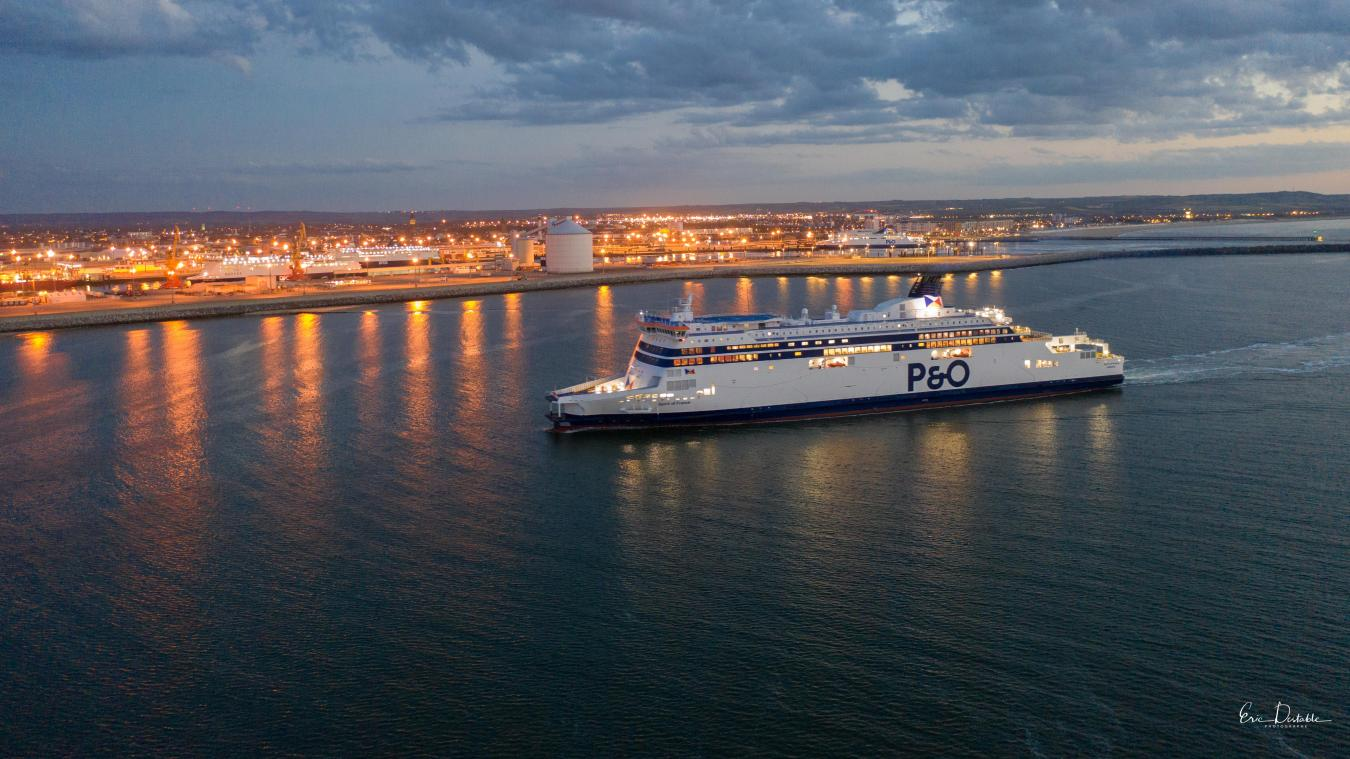 Les eaux du port de Calais vont s'illuminer à trois reprises jeudi soir.