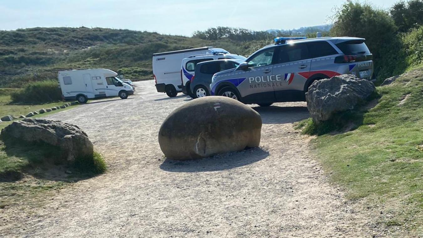 Plusieurs effectifs de police étaient présents lundi dans les dunes de la Slack.
